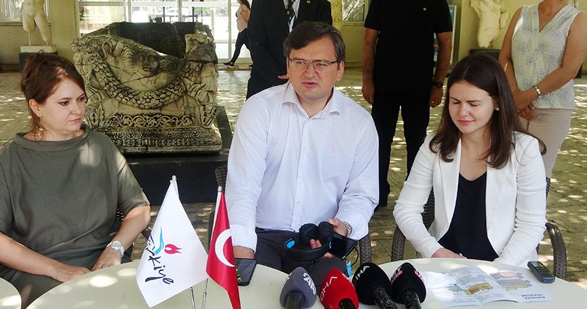 """Ukrayna Dışişleri Bakanı Kuleba: """"Tüm Ukraynalı turistleri Antalya'ya gelmeye davet ediyorum"""""""