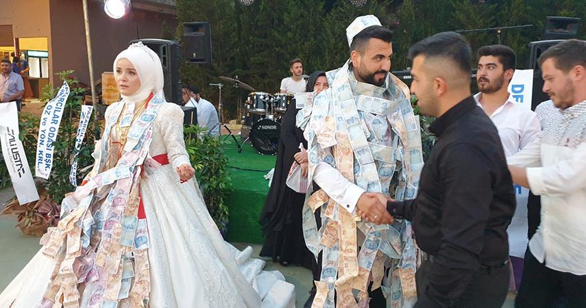 Üç kez ertelenen düğünde gelin ve damadı paraya boğdular