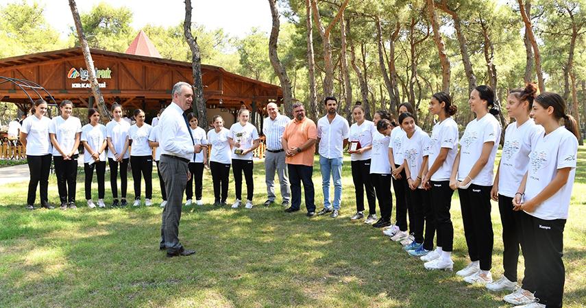 Başkan Esen, şampiyon hentbol takımıyla bir araya geldi