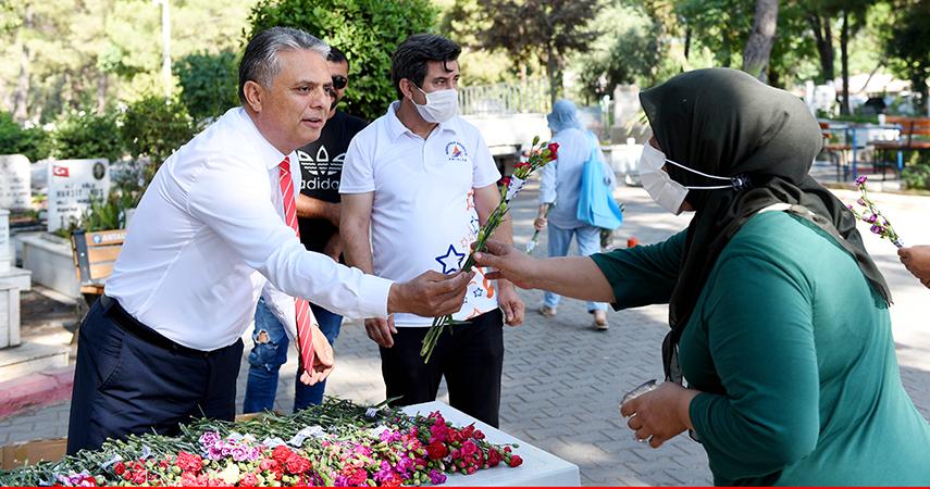 Başkan Uysal, şehitlikleri ziyaret etti