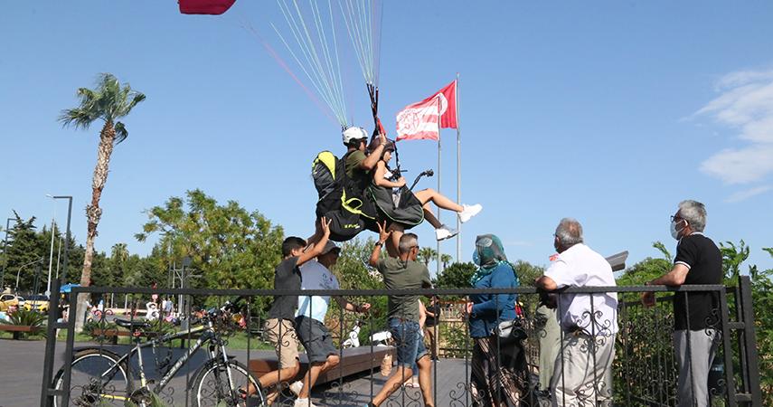 Paraşüt tutkunları sert rüzgarı ve yasağı dinlemedi
