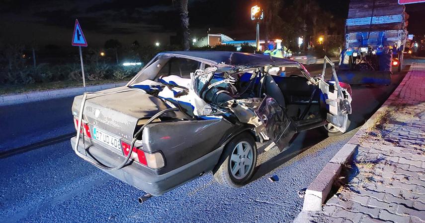 raktöre çarpan sürücü otomobilin camından yola fırladı